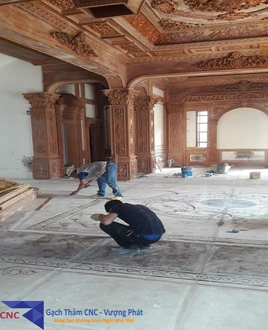 Những người thợ đang tiến hành lát gạch thảm